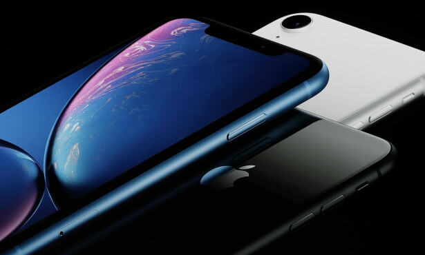 FLERE FARGER: Nye iPhone XR kommer i seks forskjellige farger, inkludert hvitt, svart og blått. Foto: NTB Scanpix