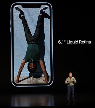 6,1 TOMMER: iPhone Xr ligger seg midt mellom iPhone Xs og Xs Max rent størrelsesmessig. Foto: Stephen Lam/Reuters/NTB Scanpix