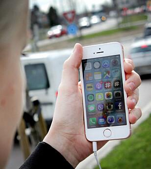 HENDIG: iPhone SE har vært populær fordi den er en del mindre enn Apples andre toppmodeller. Nå blir den ikke lenger å få tak i. Foto: Ole Petter Baugerød