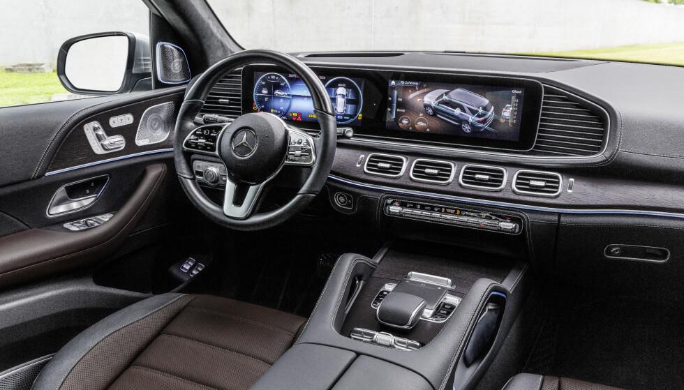HI-TECH OG LUKSUS: Det er et gedigent førermiljø som blir nye GLE til del, med to store skjermer som dominerende element. Foto: Daimler AG