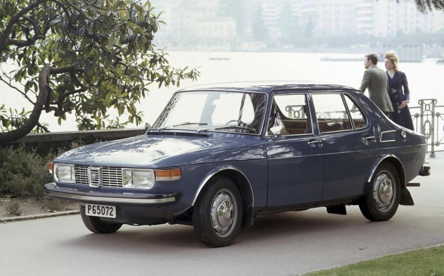 "SAAB 99: Saab holdt egen stil med steil og sterkt buet frontrute og konkav bakrute. ""Todørs sedan var første utgave. Energiabsorberende støtfangere kom i 1972. Foto: Saab"