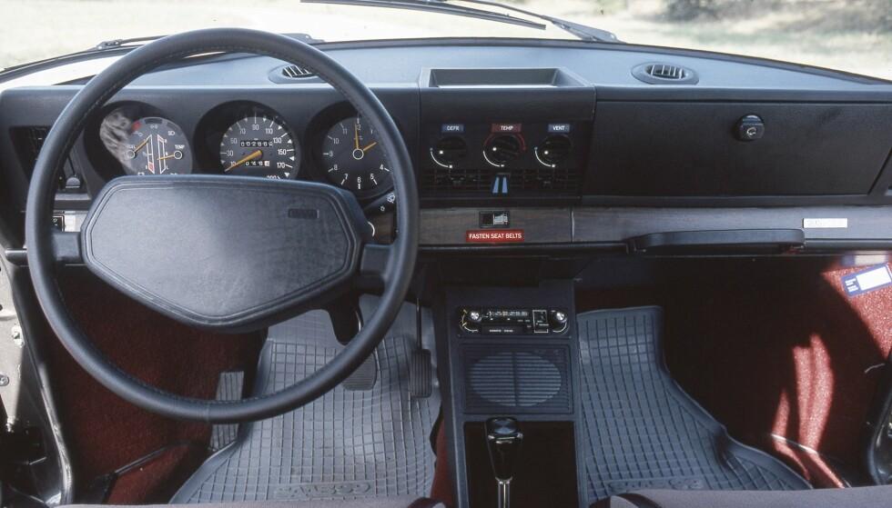 Typisk nøkternt og funksjonelt Saab-miljø. Tenningsnøkkelen sitter ved girspaken. Foto: Saab