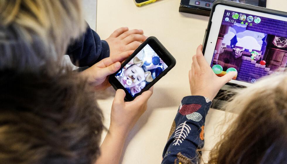 NESTEN ALLEBARNSEIE: Ny undersøkelse fra Medietilsynet viser at nesten 90 prosent av barn mellom ni og elleve år har egen smarttelefon. Foto: Gorm Kallestad/NTB scanpix.