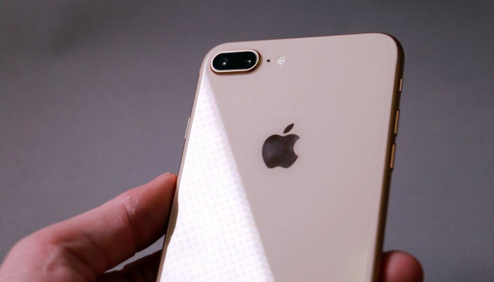 GLASS BAK: Mens iPhone 7 Plus har en bakside i metall, er baksiden av iPhone 8 Plus i glass. Det åpner opp for trådløs lading. Foto: Pål Joakim Pollen