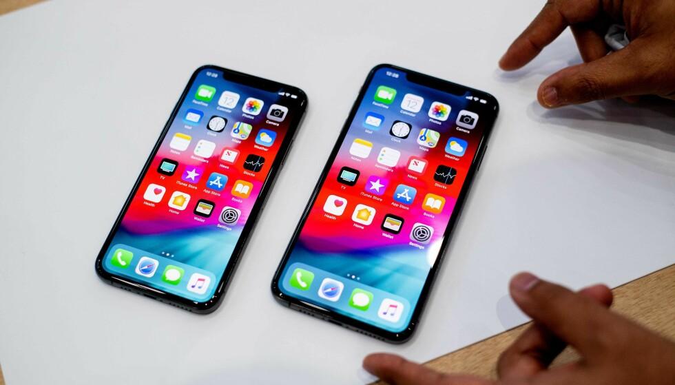 STOR, STØRRE: iPhone Xs og Xs Max side om side. Sistnevnte er dog like stor som iPhone 8 Plus, fordi den har mye mindre ramme rundt, ei heller en hjemknapp. Foto: NTB Scanpix