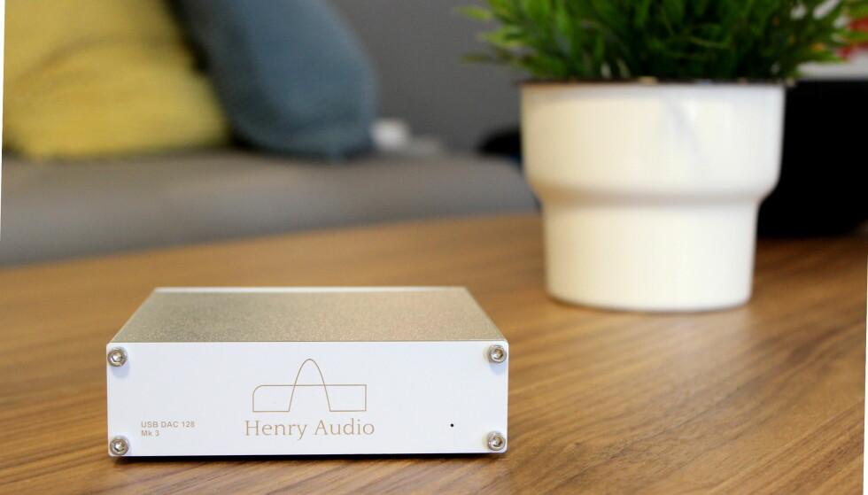 NORSK VELLYD: Henry Audio-boksen lages i Tyskland, men er utviklet i Norge. Til 2.399 kroner leverer den lyd som kan hevde seg mot DAC-er til hundre ganger prisen. Foto: Tore Neset