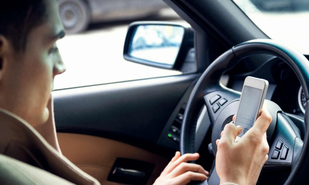 image: Disse sjåførene fikler oftest med mobilen når de kjører
