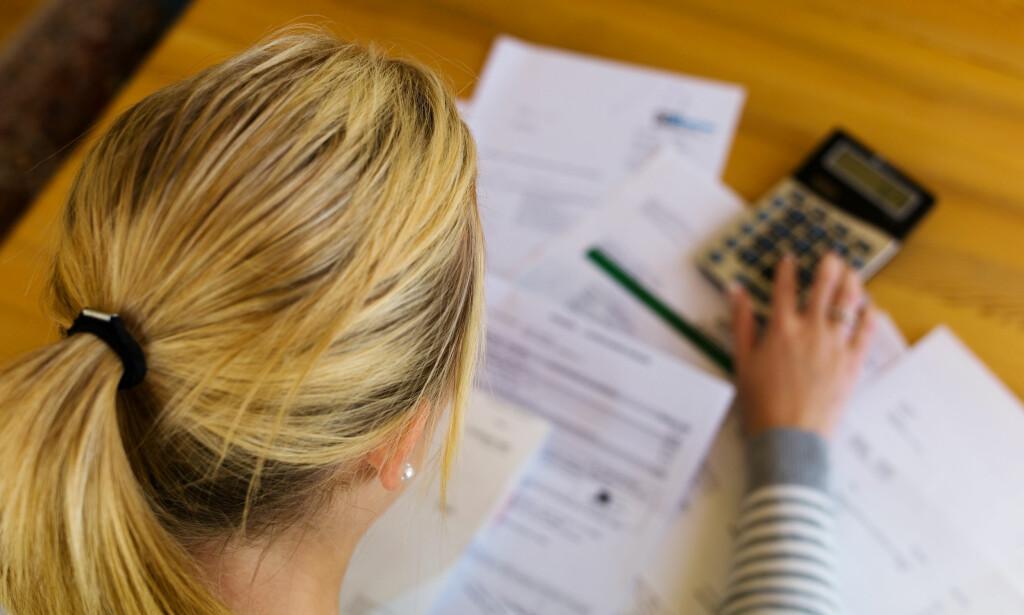 SKYLDER PENGER: Gjeldsregistrene skal samle all usikret gjeld og bidra til at finansinstitusjoner får et bedre beslutningsgrunnlag og dermed lavere risiko på sin utlånsportefølje. Foto: Shutterstock/NTB Scanpix.