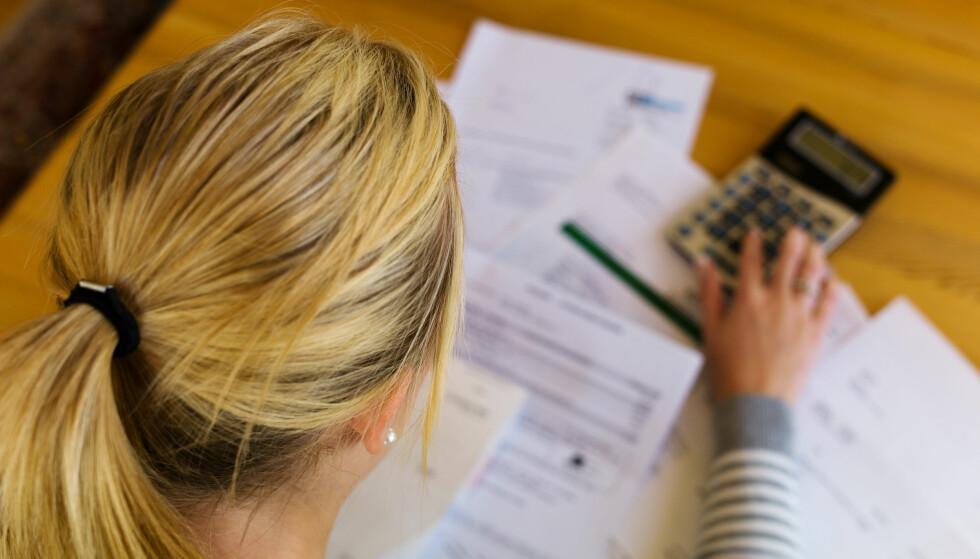 <strong>SKYLDER PENGER:</strong> Gjeldsregistrene skal samle all usikret gjeld og bidra til at finansinstitusjoner får et bedre beslutningsgrunnlag og dermed lavere risiko på sin utlånsportefølje. Foto: Shutterstock/NTB Scanpix.