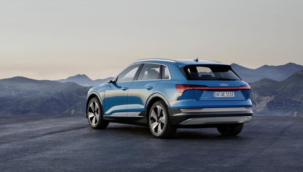 <strong>LYSSTRIPEN:</strong> Den tverrgående lysstripen er på plass i hekken, som på andre nye modeller. Foto: Audi
