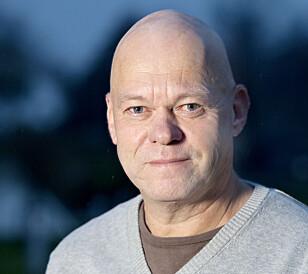 FORUNDRET: Seniorrådgiver Bård Morten Johansen i Trygg Trafikk stusser over at sjåfører i nyere biler bruker håndholdt mobiltelefon, mens de kjører. Foto: Trygg Trafikk