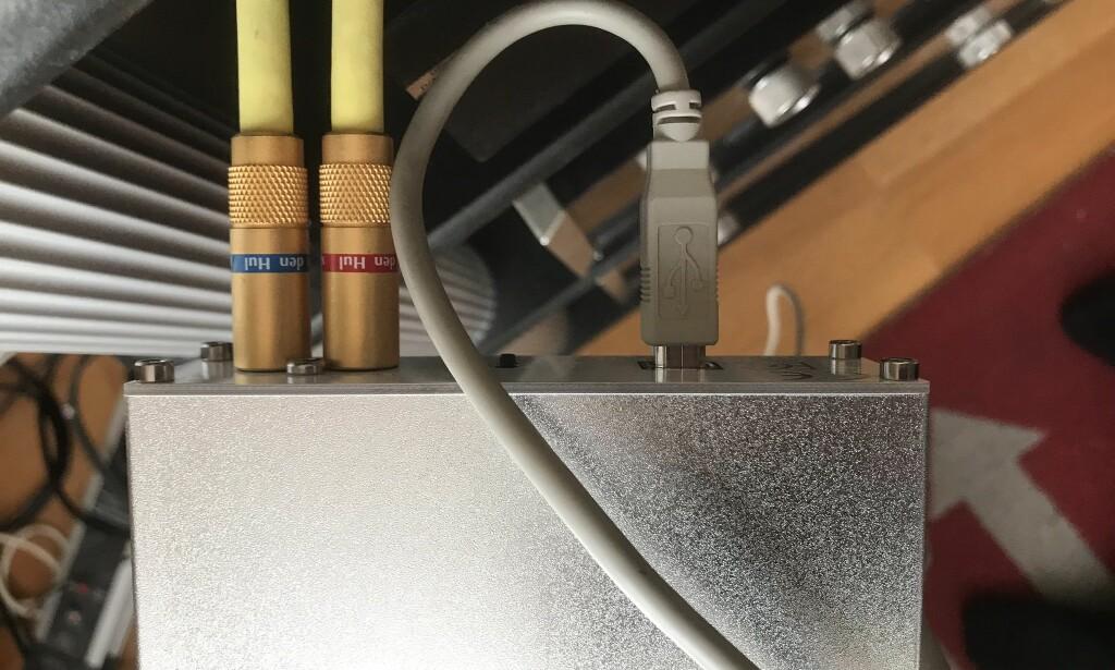 ENKEL BOKS: En USB-skriverkabel inn med signal fra en PC og to standard RCA-kabler ut for tilkobling til forsterker. Det er alt som skal til for å få topp lyd med Henry Audio-boksen som veier 262 gram. Foto: Tore Neset