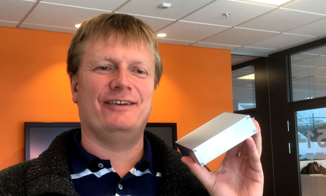 KONSTRUKTØREN: Børge Strand-Bergesen med versjon 3 av sin Henry Audio DAC. Han har valgt å holde det enkelt og billig, selv om vi nok kunne ha ønsket oss en boks som kan litt mer enn å gi lyd via USB. Foto: Tore Neset