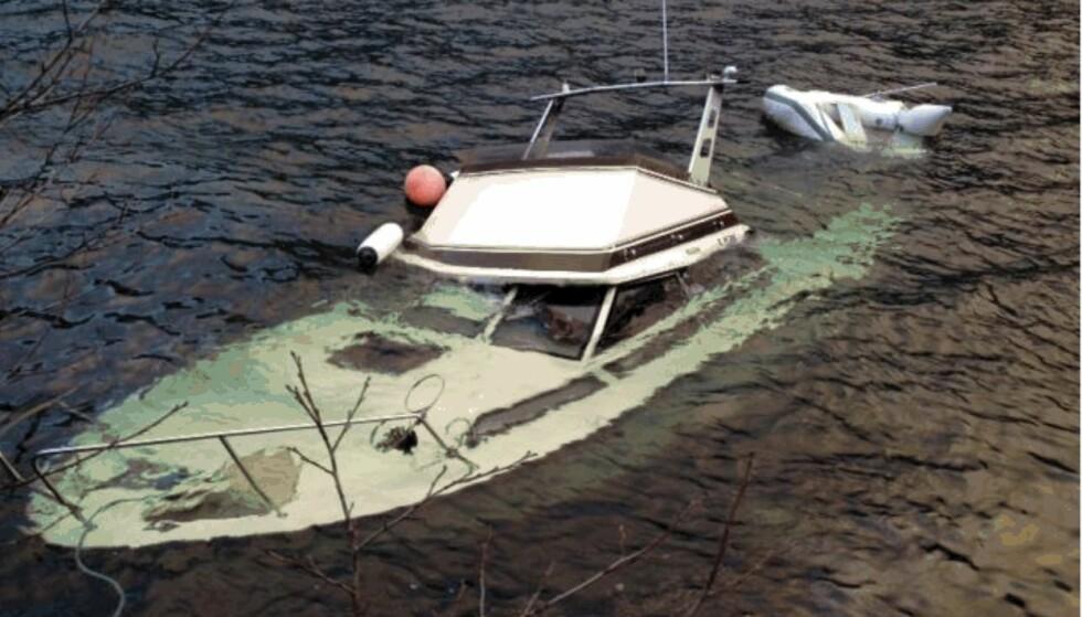 UNDER VANN: Flere båteiere finner båten sin i denne tilstanden når den har stått fortøyd. Godt vedlikehold kan være en enkel og sikker forsikring. Foto: Tryg Forsikring.