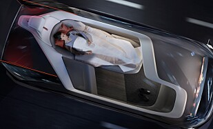 STRESSLESS: Flyreiser er blitt så stressende at mange velger tog i stedet. Volvo vil transportere deg i denne elektriske, selvkjørende bilen. Foto: Volvo