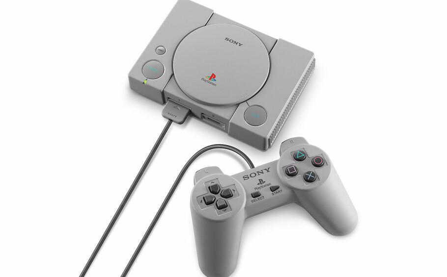 MINIUTGAVE: Sonys PlayStation Classic er langt mindre enn originalen og kommer med 20 forhåndsinstallerte spill. Foto: Sony