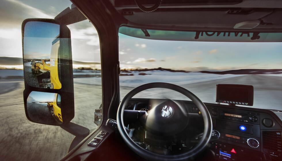 SELVKJØRENDE BRØYTEBIL PÅ OSLO LUFTHAVN: Avinor skal teste ut to selvkjørende brøytebiler på Oslo Lufthavn i vinter. Målet er en stadig mer effektiv flyplass. Enn så lenge vil det være en sjåfør med for observasjon. Foto: Avinor