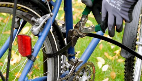 RASK JOBB: Praktiske Per er slett ingen sykkeltyv. Likevel brukte han bare ni sekunder på å kutte Ottolock-låsen til 800 kroner. Foto: Per Ervland