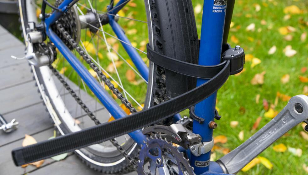 GODT FESTE: Forsikringsselskapene og politiet råder syklister til å låse doningen fast til noe solid. Det gjorde vi også med Ottolock. Foto: Per Ervland