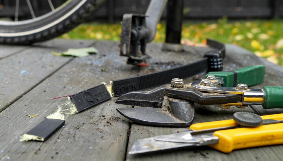 LETT VERKTØY: En platesaks var alt som skulle til for å åpne Otolock-låsen når den var festet til sykkelen og en stang. Frigjort fra sykkelen var det litt vanskeligere. Da måtte vi i tillegg bruke en tapetkniv. Foto: Per Ervland