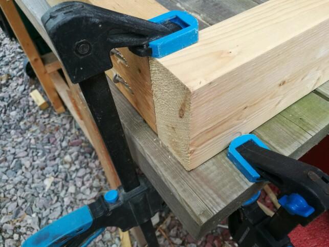 KLEMME: Det er viktig at materialene klemmes fast før de skrus sammen. Foto: Brynjulf Blix