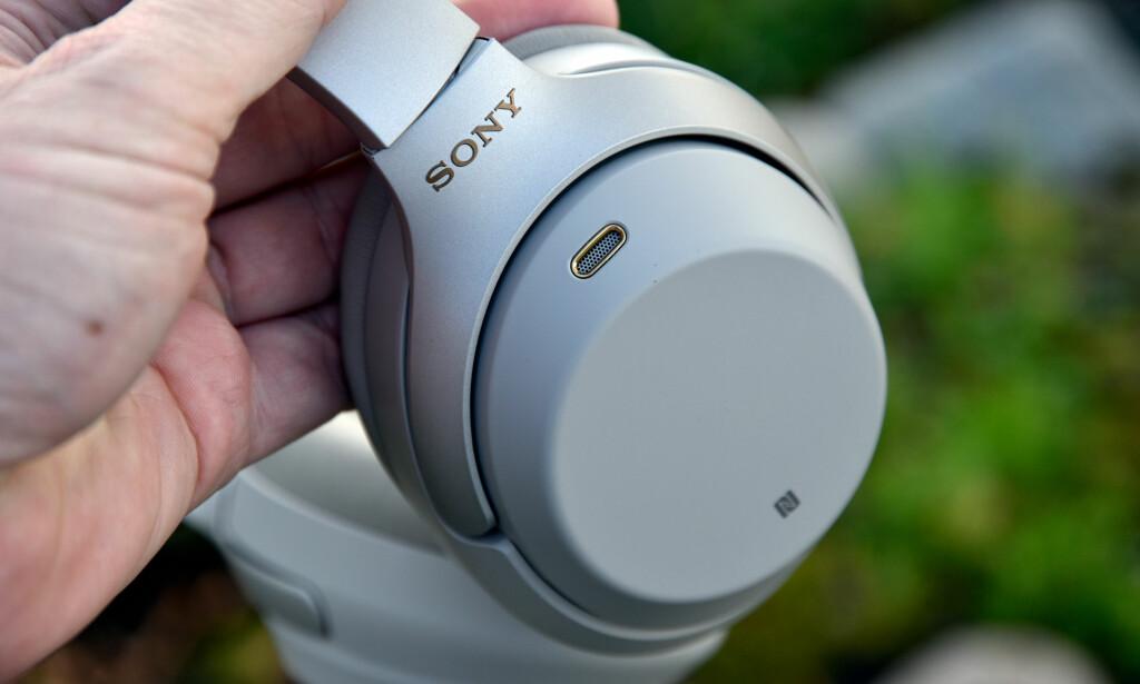 MED NFC: Stryker du mobiltelefonen inntil den venstre øreklokken, pares enhetene. Den andre klokken brukes til betjening via sveipebevegelser. Foto: Pål Joakim Pollen