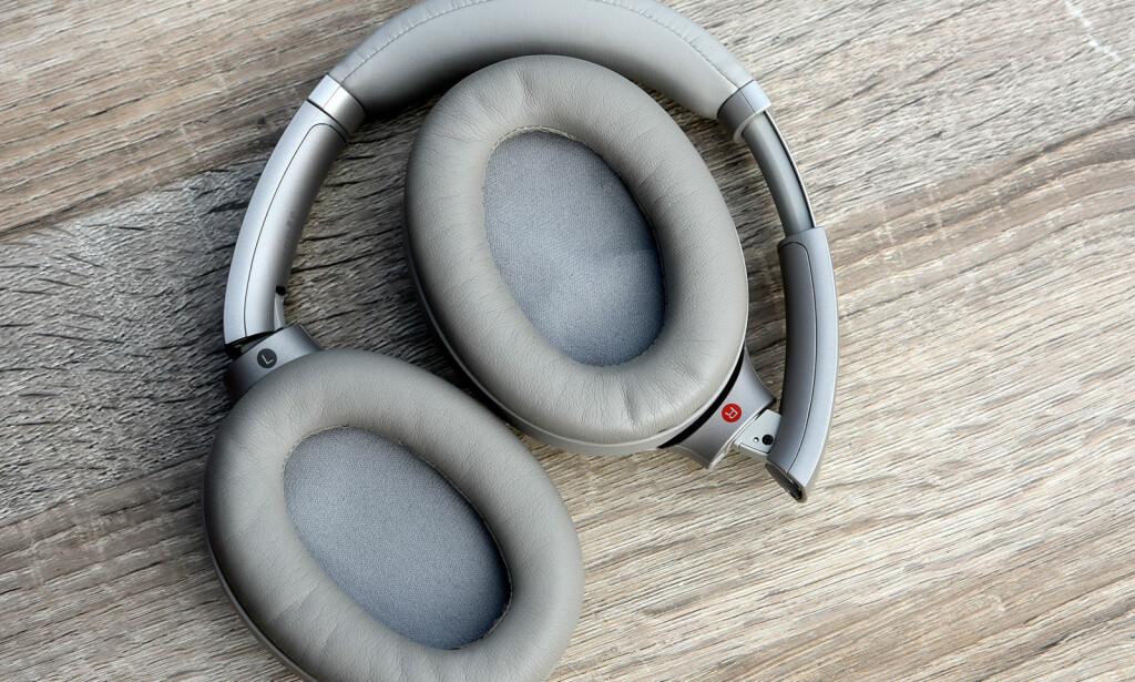 BRETTES: Bretter du hodetelefonene slik når de ikke er i bruk, passer de i det medfølgende etuiet. Foto: Pål Joakim Pollen