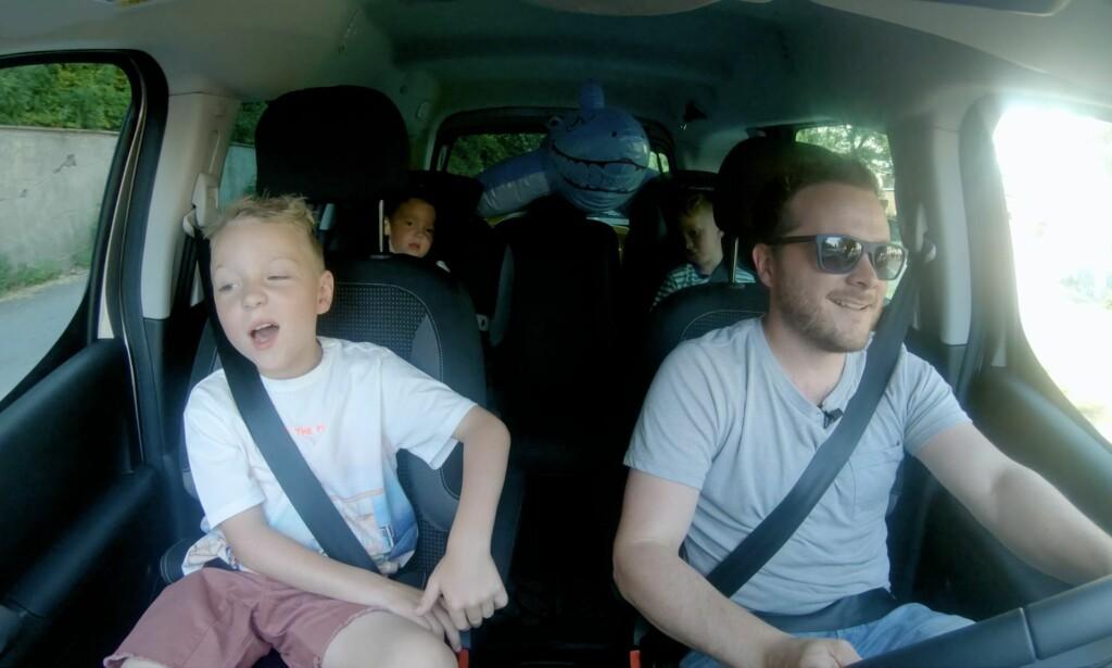 UT PÅ TUR: Familien Holthe fikk prøve å pakke alt de trengte for en heldagsutflukt i en Peugeot Partner Tepee Electric.