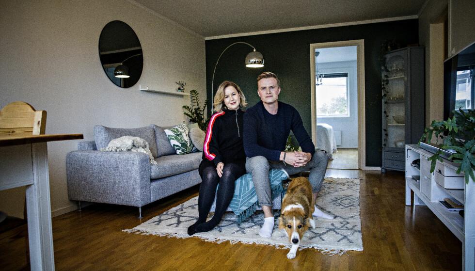 FERSKE BOLIGKJØPERE: Guro Frey (27) og Ole Petter Grøntvedt (25) kjøpte leilighet på Oppsal i Oslo i februar. Nå kan de risikere at boliglånet blir 60.000 kroner dyrere. Foto: Nina Hansen