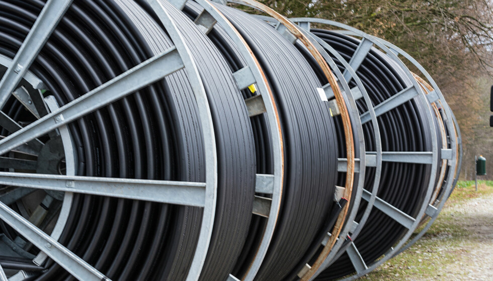 RULLER UT: Stadig flere flere husstander får lagt kabler som gir de fiberbredbånd. Foto: Shutterstock