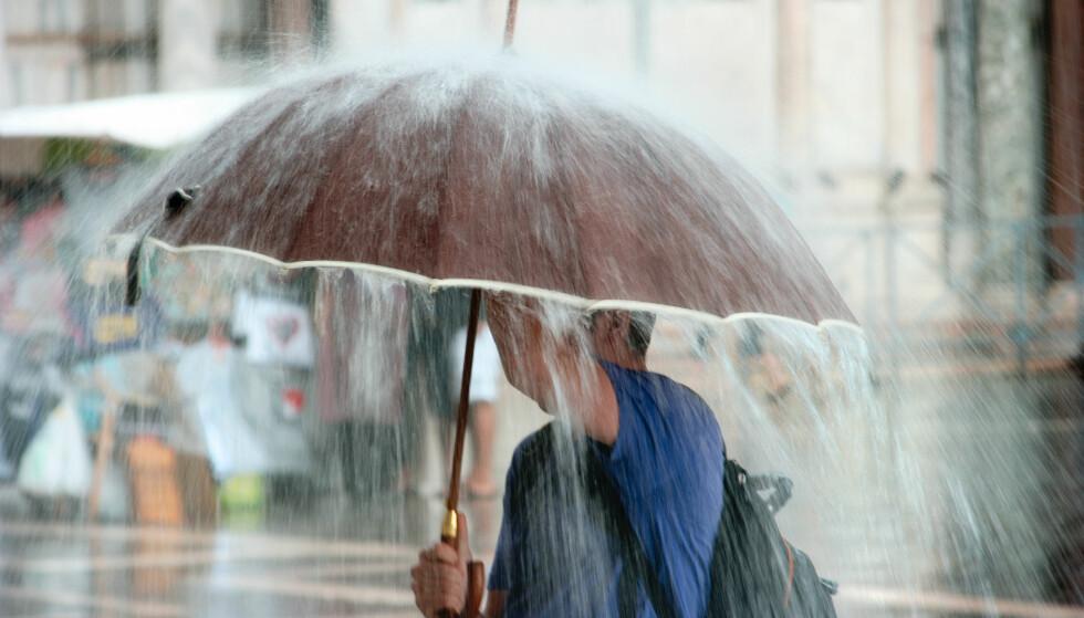 <strong>PØSREGN:</strong> Finn frem paraplyen hvis du bor på Østlandet. Nå skal det bøtte ned. Foto: Shutterstock