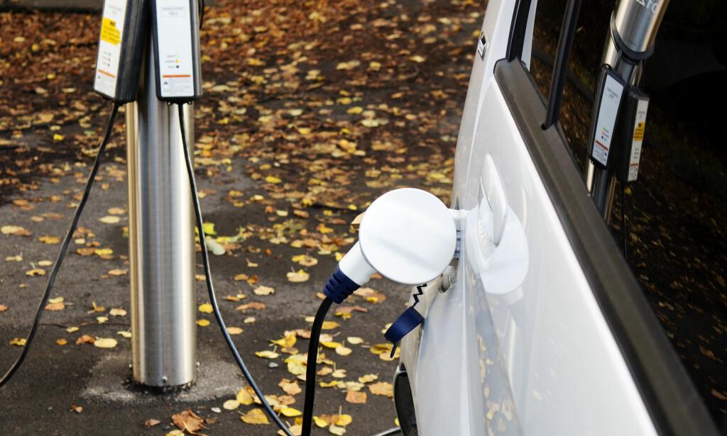 NÅ MÅ DU BETALE: Fra 4. mars må du betale for å lade elbilen din i Oslo. Elbilforeningen støtter at det innføres betaling, men synes prisen er høy. Foto: NTB scanpix
