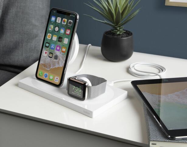 PEN PÅ NATTBORDET: Belkins nye trådløse lader har ladeplater i oppreist posisjon som fungerer som stativ for iPhone og Apple Watch. Foto: Belkin