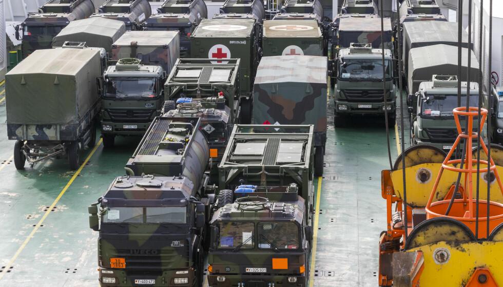 10 000 KJØRETØY: Her er militære kjøretøy på Fredrikstad havn, klare til å være med i NATO-øvelsen Trident Juncture: Foto: NTB Scanpix