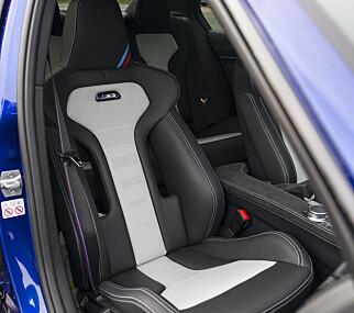 KULE OG GODE: Sjekk setene med store åpninger i ryggen. M3-logoen lyser når du låser opp bilen og alle fire sidevangene kan strammes inn. Stolene har manuelt understell som sikrer lav vekt og sittestilling. Foto: Jamieson Pothecary
