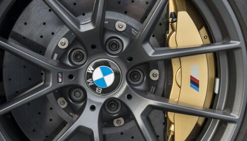 KOSTER EKSTRA: Karbonkeramiske bremser koster 60.000 kroner ekstra. De skrubber godt og tåler langt flere runder på en bane før bremsene blir overopphetet. Foto: Jamieson Pothecary