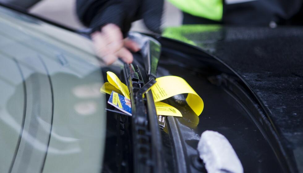 MANGE KLAGER PÅ PARKERINGSBOTEN: De færreste av oss ønsker oss en parkeringsbot plassert under vindusviskeren, og mange klager. Parkeringsklagenemnda forventer 6.000 klager i 2018 - noe som vil bety en økning i klagesaker på 20 prosent. Foto: NTB scanpix