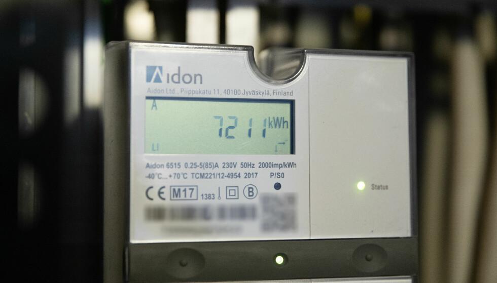 STRØMPRISER: Strømprisen på kraftbørsen har falt fra nesten 60 øre per kilowattime til under 30 øre. Men det kommer trolig ikke til vise igjen på strømregningen. Foto: NTB scanpix