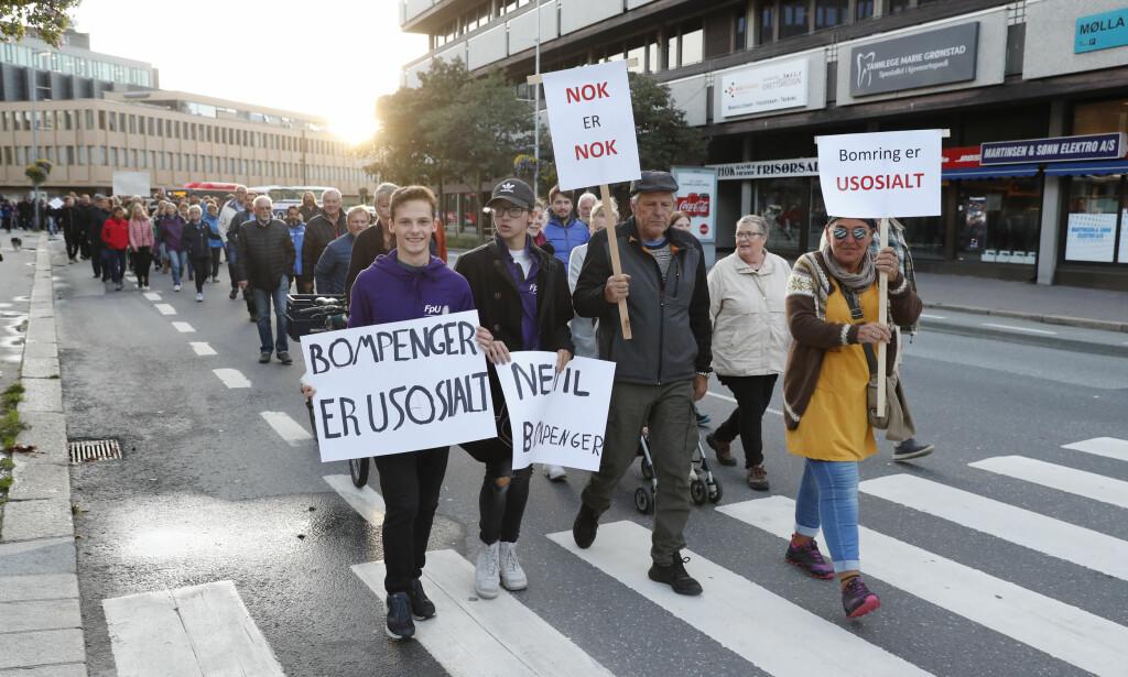 MOT BOMPENGER: I november i fjor aksjonerte folk i Fredrikstad mot bompenger, noe folk har gjort også i andre store norske byer. Foto: Terje Bendiksby / NTB Scanpix