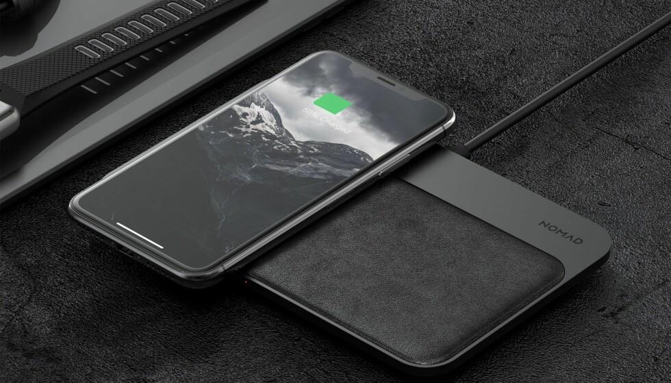<strong>PLASS TIL TO:</strong> Nomad Base Station kan lade to iPhone-er trådløs samtidig. I tillegg kan du lade ytterligere to enheter til via kabel. Foto: Nomad