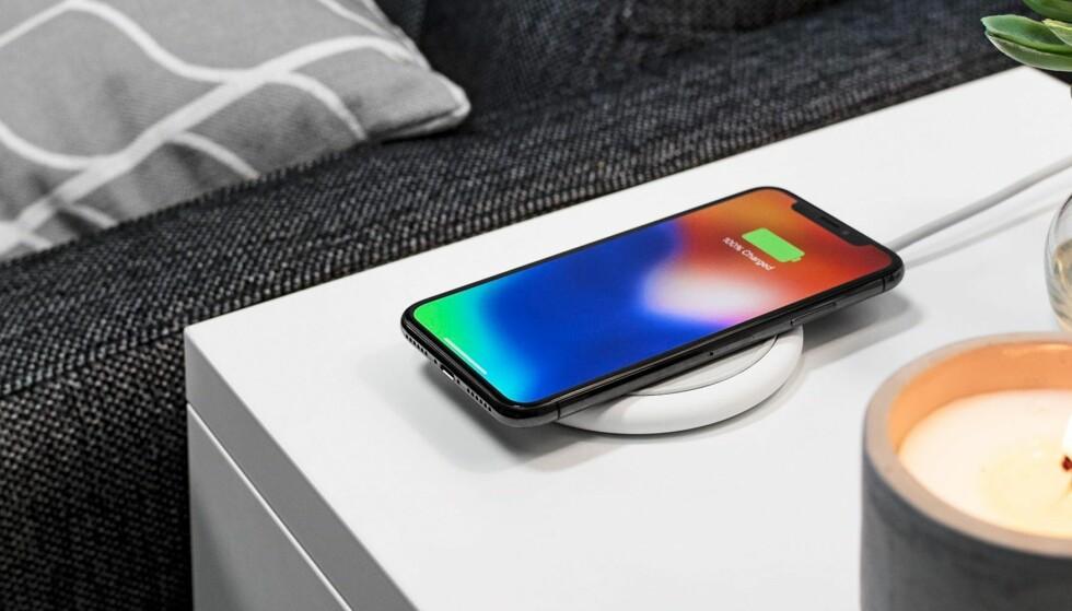 LADER ÉN AV GANGEN: Mophie Charge Stream Pad+ er en liten ladeplate beregna for å lade én iPhone eller annen mobil som støtter trådløs lading via den såkalte Qi-standarden. Foto: Mophie