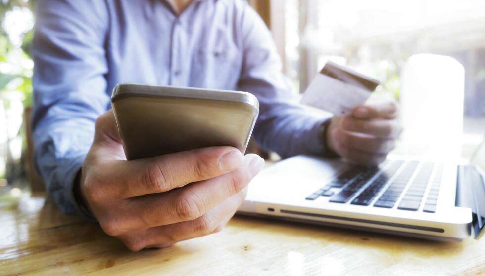 KONTOKONTROLL: Nå kan du få oversikt over alle dine bankkontoer i samme mobilbank hvis du er Danske Bank-kunde. Snart vil flere banken komme med samme tilbud. Foto: Shutterstock/NTB Scanpix.