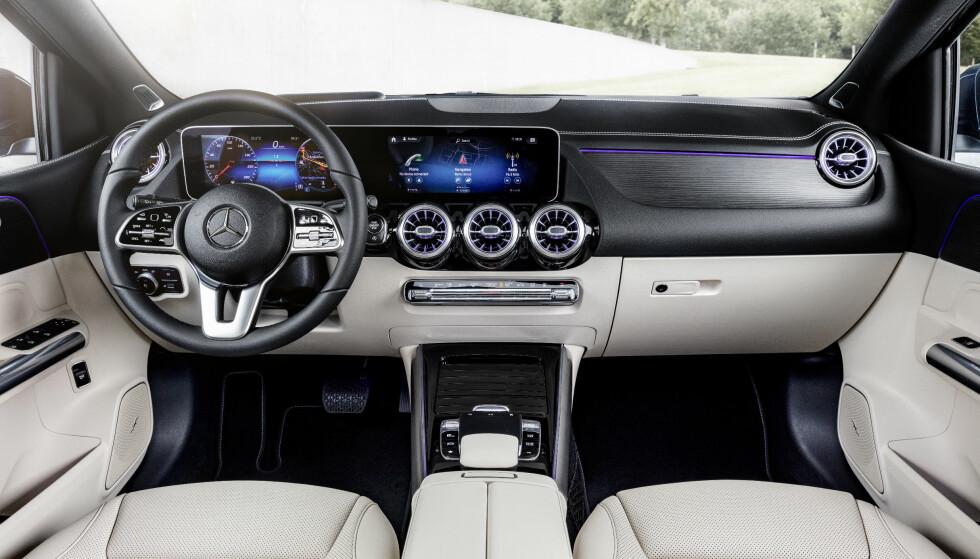 KRAFTIG LØFT: For den som betaler, utstyres nye B-klassen med et slikt høyteknologisk interiør på samme måte som nye A-klassen og de nyere, større modellene fra merket. Foto: Daimler AG