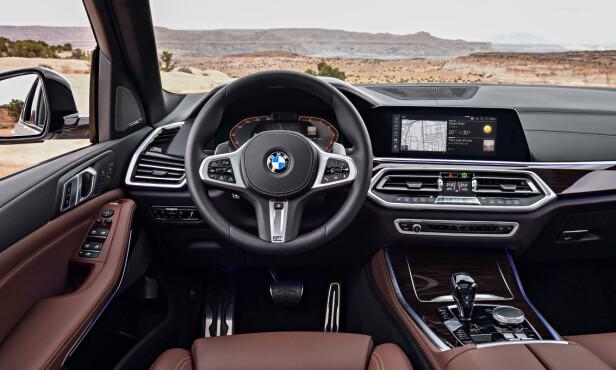 HELT NYTT INTERIØR: Betjeningen er gruppert og nå har også BMW heldigitalt instrumentpanel. Foto: BMW