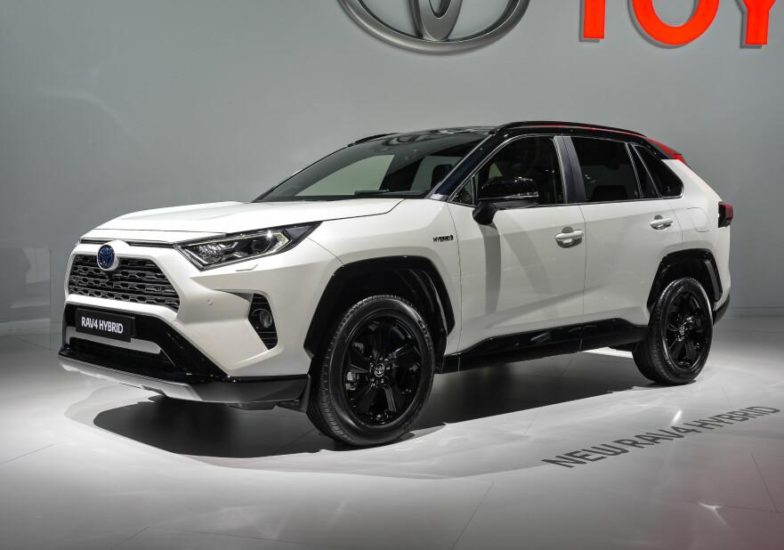SKARPERE I KANTENE: Nye Toyota RAV4 er adskillig mer kantete i formene enn forgjengeren var. Fronten er også markant og hele bilen har noe mer terrengbil-aktig over seg. Foto: Jamieson Pothecary