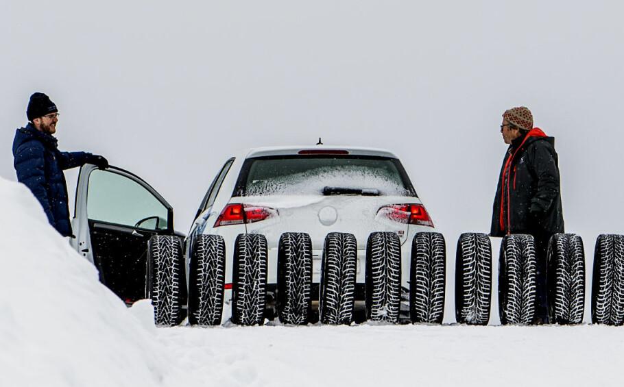 KOSTER LIV: Et nytt studie viser at vinterdekk med pigger tar mange flere liv enn det redder. Her illustrert fra den store vinterdekktesten i Finland. Foto: Lasse Allard