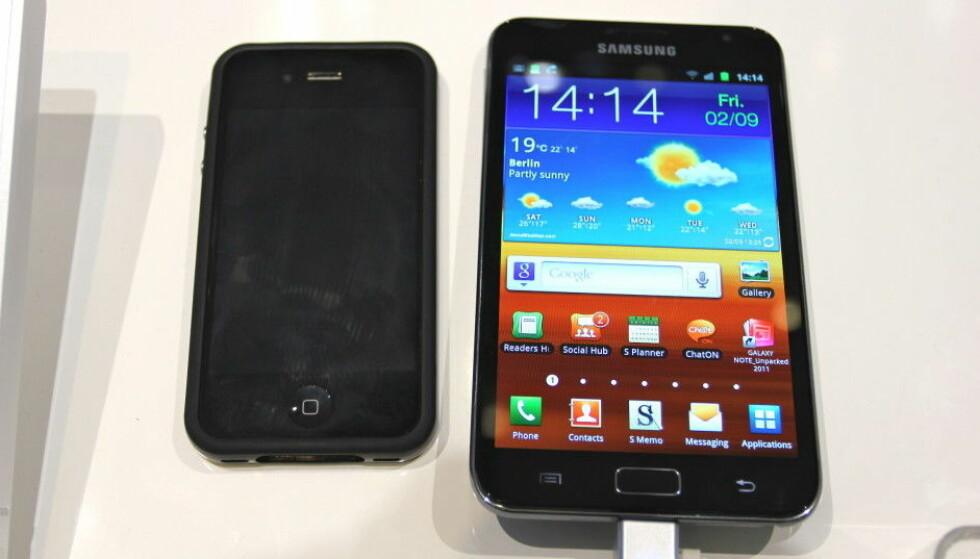 I 2011 var iPhone 4 definitivt mindre enn mange av konkurrentene – her ved siden av den første Galaxy Note-telefonen fra Samsung. Foto: Øivind Idsø