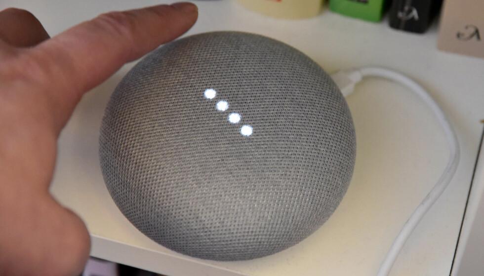 KOMMER PÅ NORSK: 24. oktober blir Google Home Mini å finne i norske butikkhyller. Foto: Pål Joakim Pollen