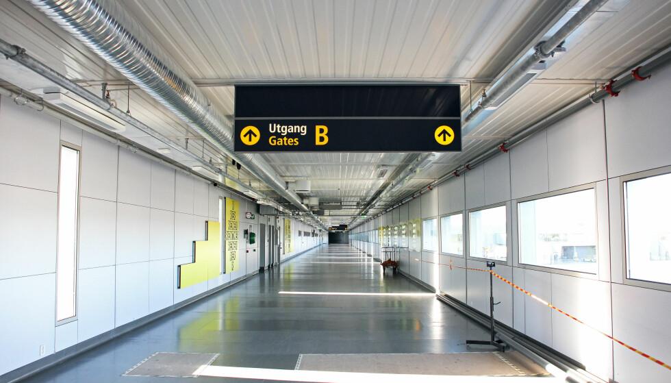 NÅ SKAL DU SLIPPE Å GÅ: Avinor bygger rullefortau til gamle, utskjelte «gate 19» - nå kjent som B-gatene på Oslo Lufthavn. Arbeidene er i gang - og skal stå ferdig i desember. I mellomtiden blir det «buss for gangbro». Foto: Avinor