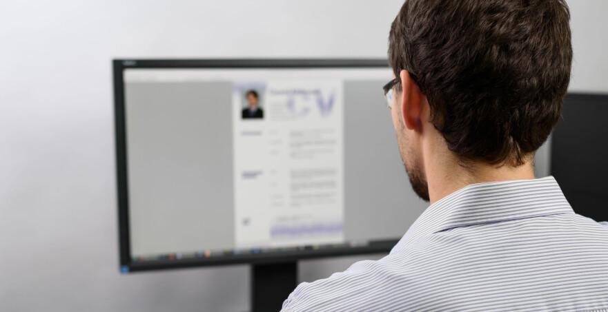 JOBBJAKT: Ikke tro at alt er gjort når du har sendt søknad og CV avgårde. Du bør kikke gjennom profilene dine på sosiale medier i samme slengen og sørge for at alt du har lagt ut tåler dagens lys. Foto: Shutterstock/NTB Scanpix.